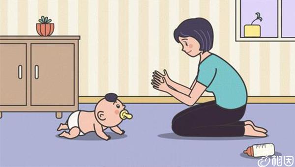 妈妈正在训练宝宝爬行