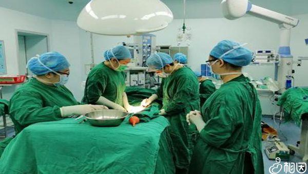 正在做剖腹产手术的医生