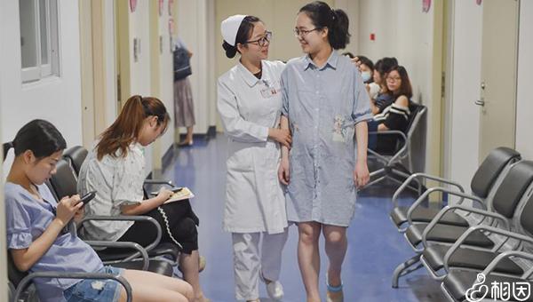 护士搀扶着产检的孕妇