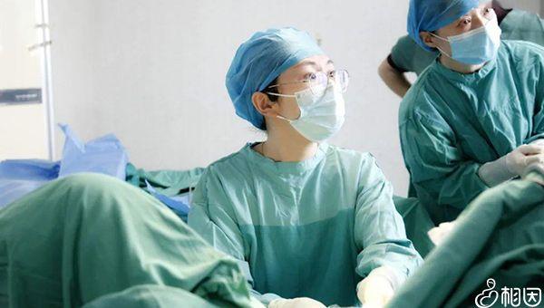 正在做宫腔镜检查的医生