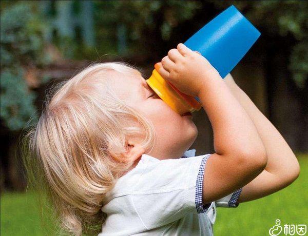 给宝宝多喝温开水减低体温