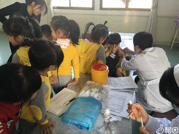 4岁朵朵在幼儿园补种流脑疫苗