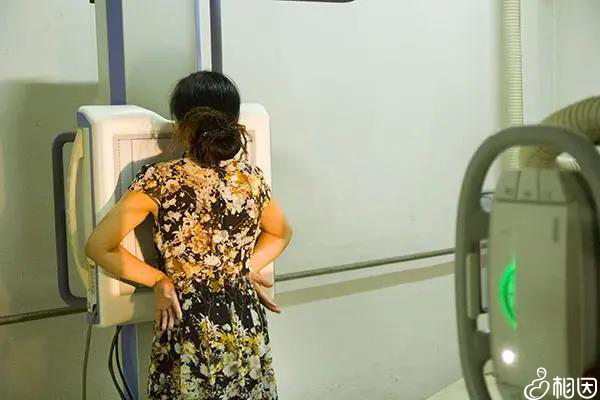 女性在做胸透检查