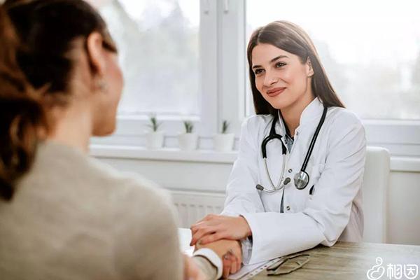 女医生为患者做内分泌检查