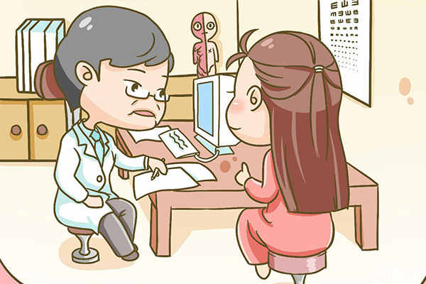女性在咨询妇科医生